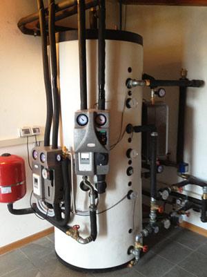 Accumulo termico per impianto solare, termocamino a legna, modulo produzione ACS e gruppo di distribuzione idraulica con termoregolazione climatica