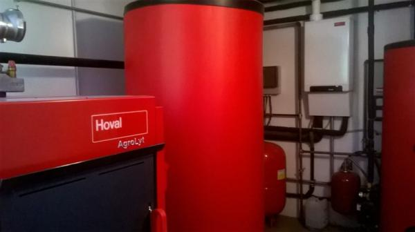 Caldaia a biomassa (legna) con accumulo termico + caldaia a gas a condensazione