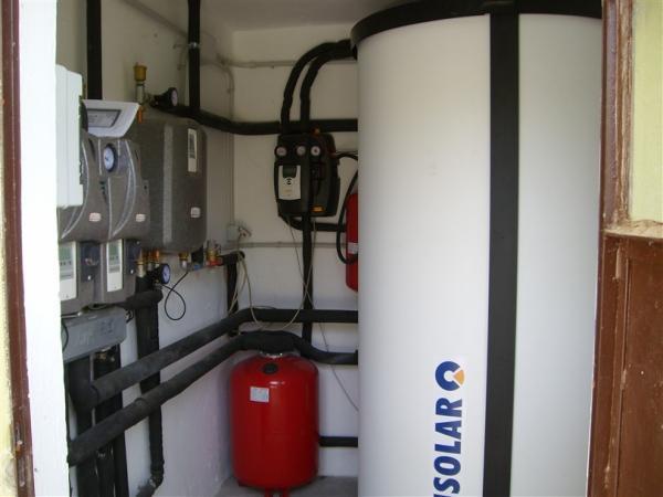 Accumulo termico solare a stratificazione con gruppi di distribuzione idraulica, termoregolazione climatica e modulo per produzione ACS